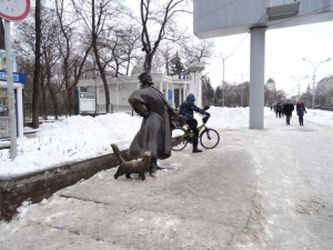 Maxim Gorky Park, What to do in Rostov on Don, Russia, Travelling for Fun: Just outside the main park in Rostov and close to Lenin's statue is a man and his dog! Rostov-on-Don loves statues.