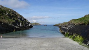 Bere Island, West Cork, Ireland: Scairt beach is petit and beautiful (and freezing).